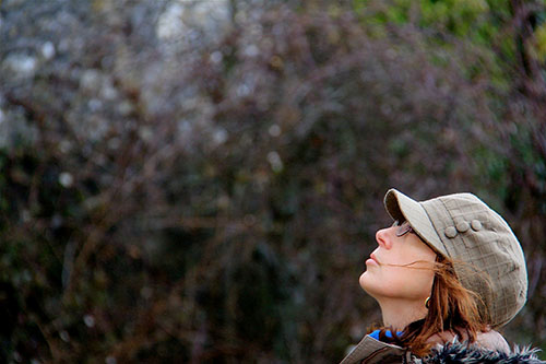 L'artista Lucilla Carcano durante una passeggiata da cui trarrà ispirazione per i suoi acquerelli botanici